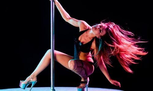 танцует стриптиз на сцене фото